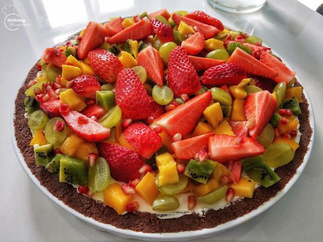Tarta orzechowa z kremem twarożkowym i owocami