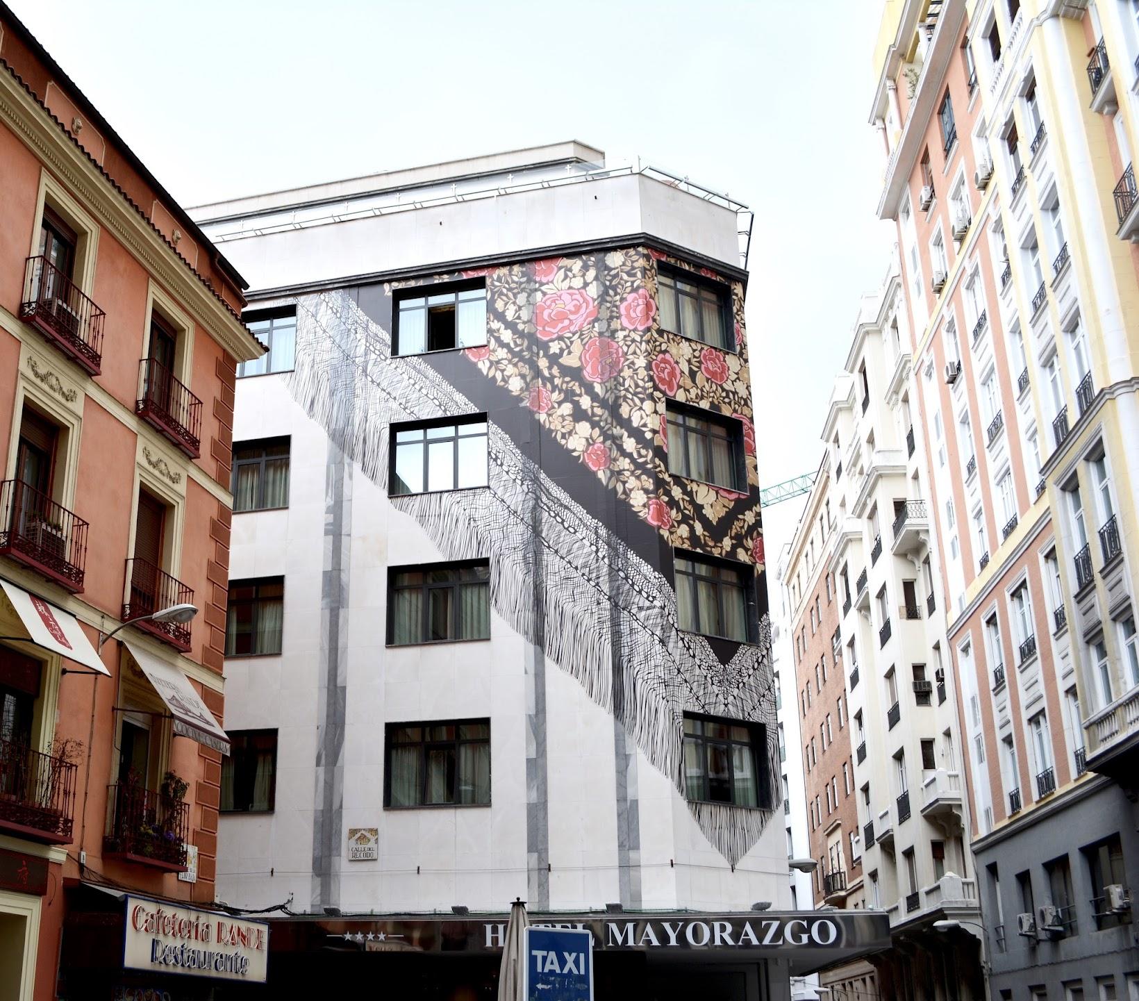 Madrid streets, calles de Madrid, mantilla flamenca en un edificio, street art, arte por las calles