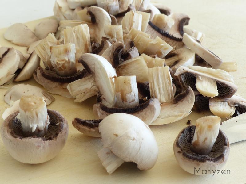 Coupez les champignons.