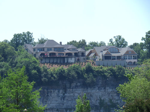 homes above the Tennessee River