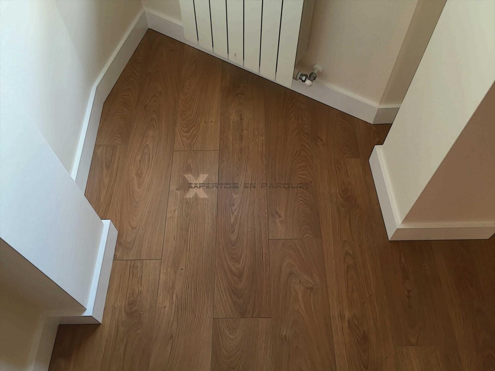 Rodapi s en blanco para tu suelo de parquet tarima o for Suelo laminado de madera