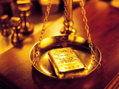 Balanza con lingote de oro