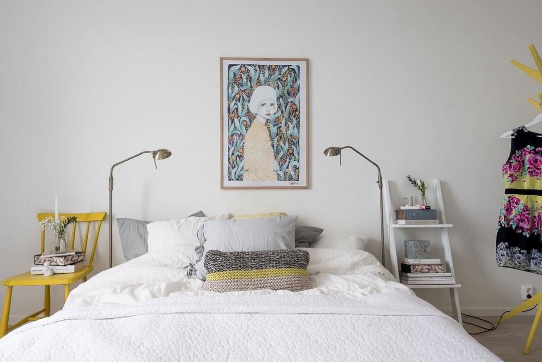 le gris et blanc devient ptillant avec quelques touches de jaune et une affiche aux couleurs fraches