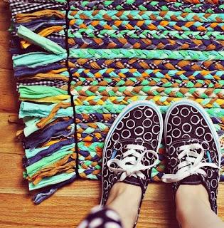 http://conideade.com/blog/como-hacer-una-alfombra-con-retales-de-tela-trapillo/1179