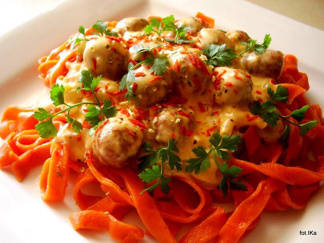 kluski domowe, kluski pomidorowe, klopsiki, obiad, sos smietanowy, proste danie, domowe jedzenie, kolorowe, pomidory