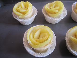 Roses feuilletées dans des moules à muffins