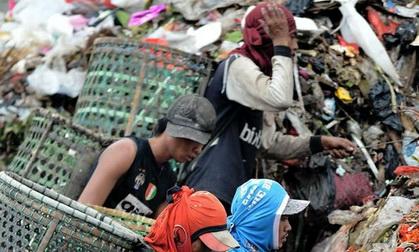 Heboh! 2 Pemulung Ini Temukan Uang Sebanyak 80 Juta Di TPA Sampah Semarang