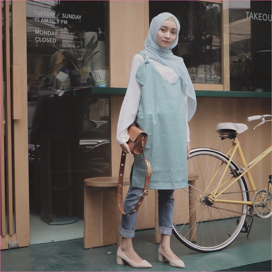 Outfit Celana Jeans Untuk Hijabers Ala Selebgram 2018 kemeja putih outer hijau tosca slingbags coklat tua hijab pashmina diamond biru muda ciput rajut pants jeans denim wedges high heels krem muda ootd trendy