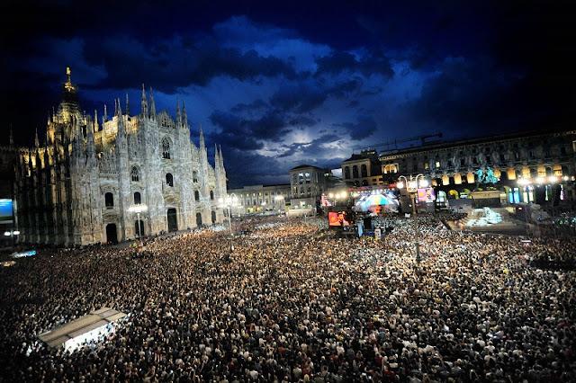 Pessoas reunidas na Piazza Duomo para comemorar o Ano Novo