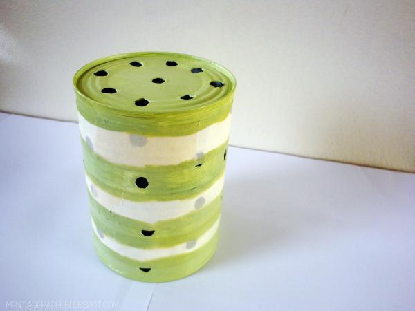 Lata con cinta de enmascarar y pintada de verde