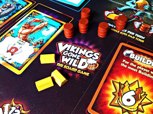 Vikings Gone Wild to strategiczna gra online, w którą możemy zagrać na smartfonach, tabletach i komputerach. Naszym zadaniem jest budowanie wioski wikingów, dbanie o jej surowce, obronność oraz atakowanie obcych wiosek - wszystko po to by zdobyć wieczną chwałę i dostąpić zaszczytu wstąpienia do Valhalli. Gracze spoza granic naszego kraju mogą już cieszyć się planszówkowym wydaniem gry, która opiera się na mechanice deckbuildingu, najbardziej znanej z powszechnie znanego Dominiona. W Polsce, do 5 marca Games Factory Publishing zbiera fundusze na wydanie polskiej edycji gry [KLIK]. Zapraszam na recenzję.   Za co zapłacisz?  W standardowej wielkości pudełku znajdziemy sporo dobrego. Duża przejrzysta plansza, instrukcja, która w prosty sposób tłumaczy wszelkie zasady, sporo kart różnych rodzajów - wojowników, surowców, budynków, budowli obronnych, bonusów - wszystko to, co można było spotkać w elektronicznej wersji Vikings Gone Wild. Do tego otrzymamy plansze dla graczy, znaczniki, żetony oraz drewniane beczki piwa i sztabki złota. Grafiki zostały utrzymane w oryginalnej wersji, mi przypominają komiksy oraz bajkowe wzory. Układ kart jest czytelny, dzięki czemu gracz od razu wie co dana karta oferuje i ile trzeba za nią zapłacić. Na plus należy zaliczyć spersonalizowaną wypraskę, dzięki której z łatwością poukładamy wszystkie elementy gry. Przydaje się to w przypadku kart - mamy ich naprawdę sporo, a rozłożenie wszystkich na planszy chwilkę zajmuje. Vikings Gone Wild pojawi się na polskim rynku dzięki wydawnictwu Games Factory Publishing, SCD poza wspieram.to została ustalona na poziomie 169,99 zł, jednak jeszcze przez 4 dni trwania zbiórki możecie ją kupić w okazyjnych cenach.         Zasady  Te są naprawdę proste i bardzo przejrzyste. Do tej pory nie byłem wielkim fanem mechaniki deckbuildingu, nie zostałem wiernym oddanym Dominiona. Po przeczytaniu angielskiej instrukcji, Vikings Gone Wild była dla mnie czymś nowym, świeżym i zachęcającym. Gracze tworzą własne talie z