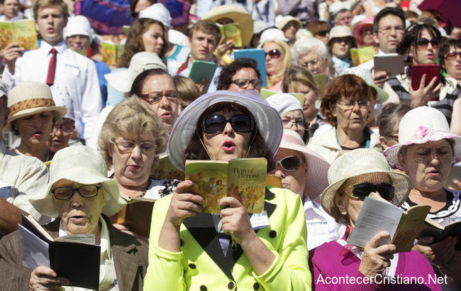 Testigos de Jehová cantando