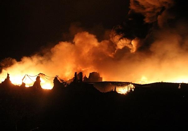 Incêndio destrói indústria de material reciclável em Coité (Foto: Raimundo Mascarenhas / Calila Notícias)