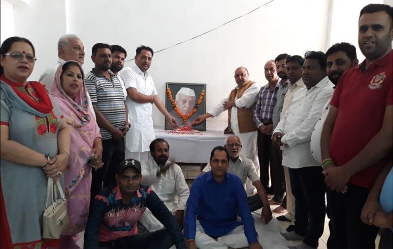 भारत के प्रथम प्रधानमंत्री स्व: पंडित जवाहर लाल नेहरू की पुण्यतिथि पर जिला कांग्रेस के कार्यकर्ता व पदाधिकारी उनको श्रद्धांजलि अर्पित करते हुए