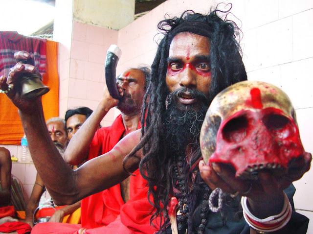 https://3.bp.blogspot.com/-2PWwiVcIZO8/VtxNW88ogMI/AAAAAAAAAP8/qWR4GL4HgRA/s640/black-magic-holyman-holds-human-skull-guwahatis-kamakhya-temple-which-believed-be-highest.jpg