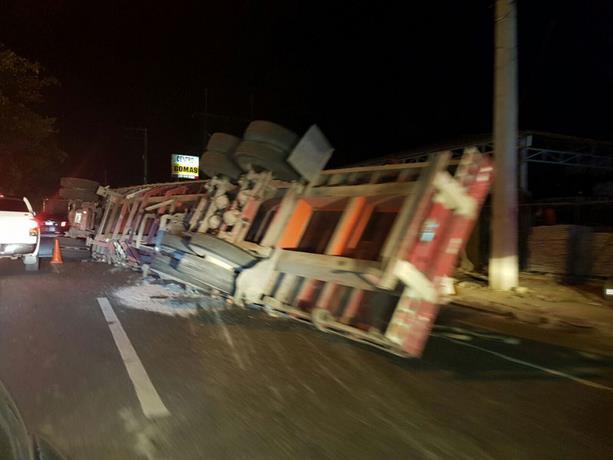 Vuelco de patana provoca largo taponamiento en la Autopista Duarte