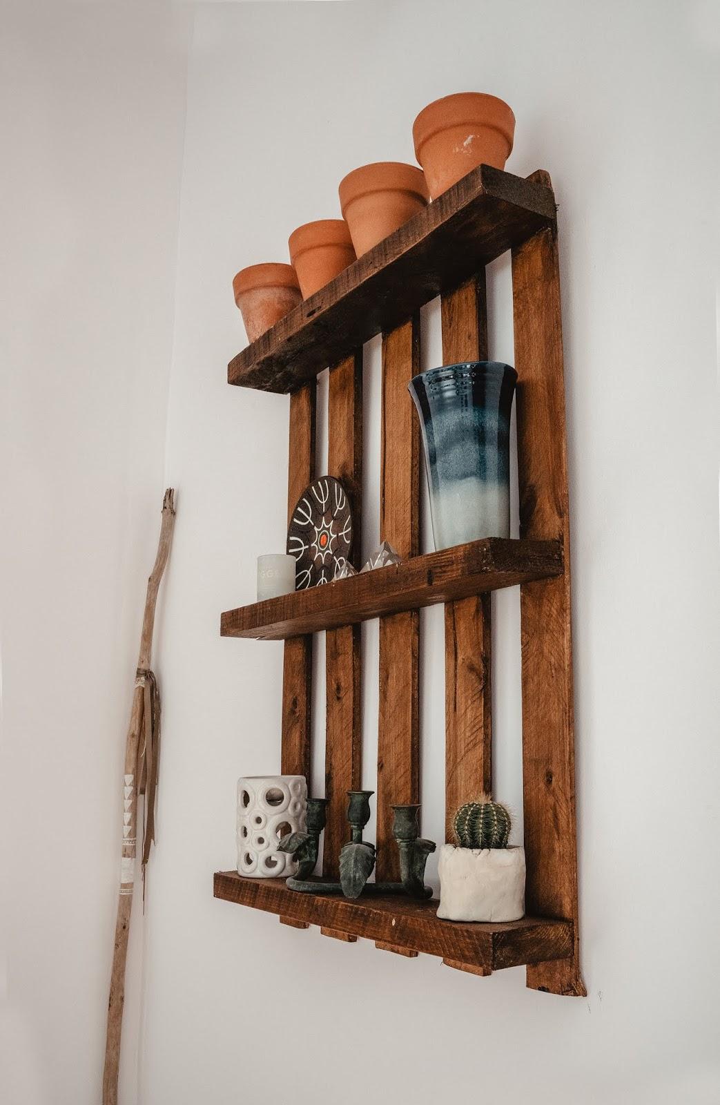 estanteria de palet, madera de palet, reciclar palet, palet, wooden palet, esenciaindie, decoracion indie, indie 2019