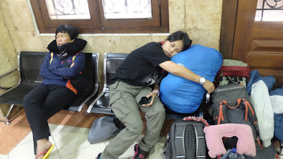 foto orang tertidur di stasiun kereta Surabaya