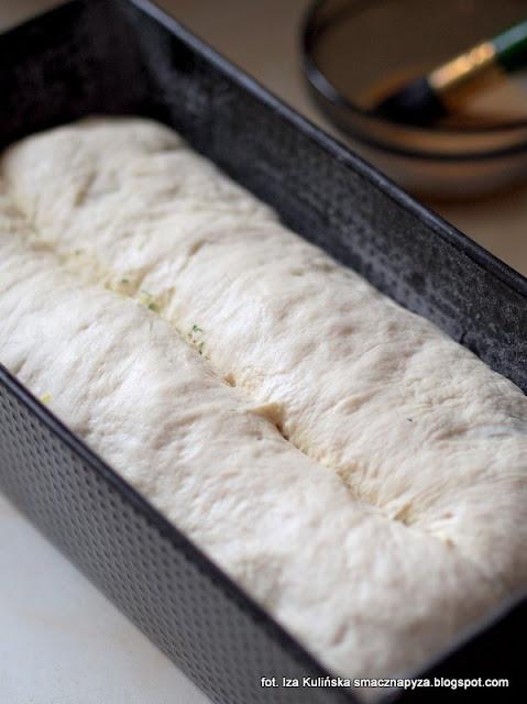 chlebek ziolowy z serem, chleb na drozdzach, puszysty chleb z ziolami, chleb ziolowo cebulowo serowy, domowa piekarnia, bochenek, chleb z farszem ziolowo cebulowo serowym, chleb zwijany