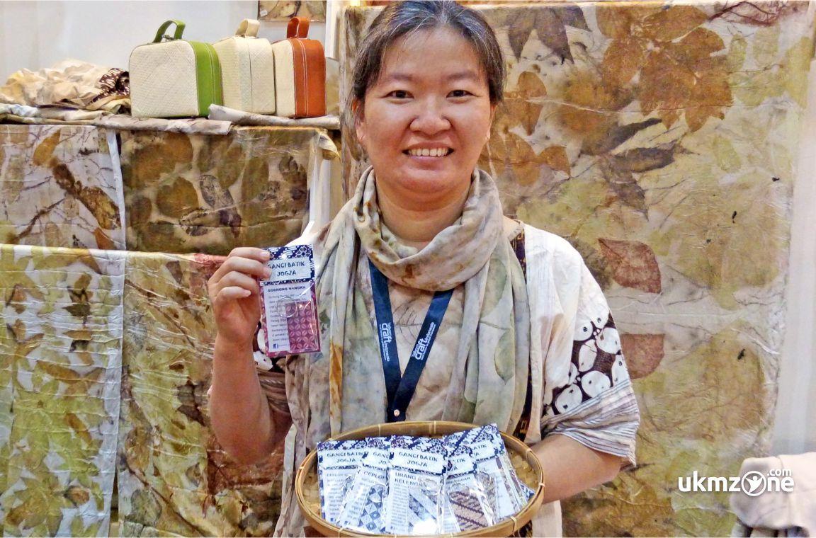 Witari Aryani pemilik usaha Kartu Pos Batik UKM UMKM IKM dari Yogyakarta - UKM Zone