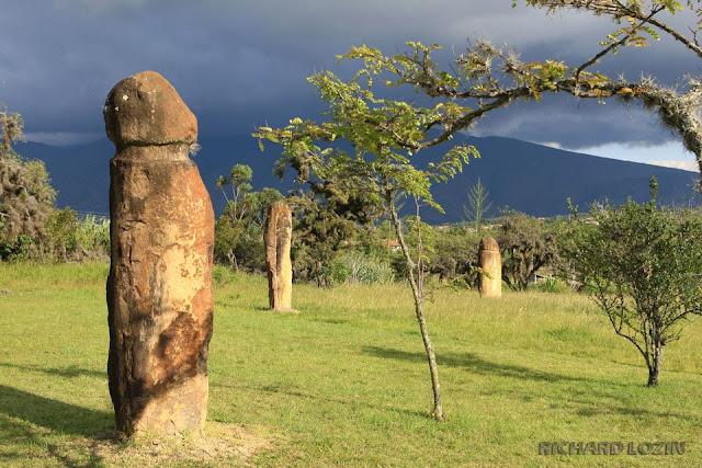 """член фаллос Место нахождения Колумбия, Южная Америка. 5.647397, -73.558725 Археологический комплекс был назван Конкистадорами El Infiernito, по испански означает """"маленькое пекло"""". Изначальное название места и его архитекторы неизвестны. В месте есть одна погребальная камера и сотни менгиров и рукотворных артефактов. Многие менгиры выровнены по солнечным и лунным циклам, поэтому считают, что они были обсерваторией помимо места проведения ритуалов очищения. Для южной Америки подобные менгиры поляны редкость, такое привычно видеть в Европе."""