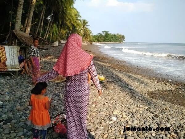 foto pengunjung pantai terbaya