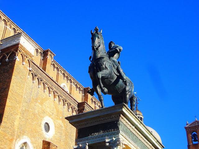K čemu jsou pruhy na náměstí Campo Santi Giovanni e Paolo?