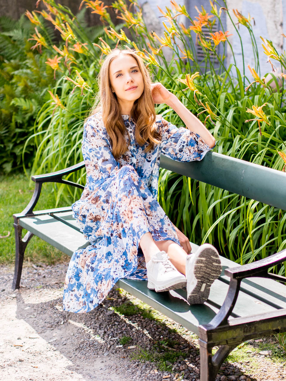 fashion-blogger-outfit-floral-maxi-dress-chunky-sneakers-muotibloggaaja-kukkamekko-maksimekko-lenkkarit