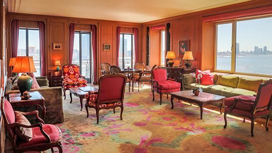 Vardagsrummet i Greta Garbos våning i New York, som nu är till salu. Foto: New York Times.