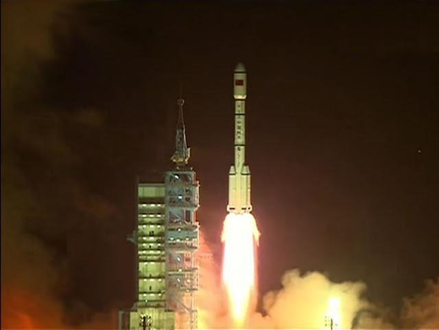 Trạm Không gian Thiên Cung 1 là mô hình trạm thí nghiệm ngoài không gian có module đầu tiên của Trung Quốc. Được phóng lên từ Trung tâm Vệ tinh Tửu Tuyền ở tỉnh Cam Túc vào ngày 29 tháng 9 năm 2011. Trạm không gian được xây dựng từ việc ghép các module rời lại với nhau. Những module đầu tiên được xây dựng trong không gian suốt 2 năm bởi tàu vũ trụ Thần Châu 8 không người lái. Sau khi xây dựng, trạm không gian đã có chỗ neo đậu cho những sứ mệnh tiếp theo đó là Thần Châu 9 và Thần Châu 10 có chở theo phi hành đoàn bên trong. Sứ mệnh cuối cùng lên trạm Thiên Cung 1 là vào năm 2013. Trạm không gian thế hệ tiếp theo là Thiên Cung 2 đã được phóng lên vào năm 2016. Hình ảnh: China Academy of Launch Vehicle Technology.
