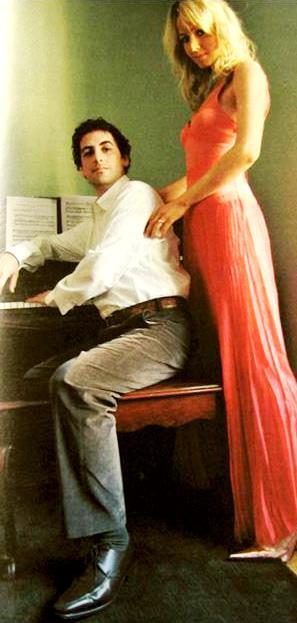 Foto de Juan Diego Florez acompañado de su esposa