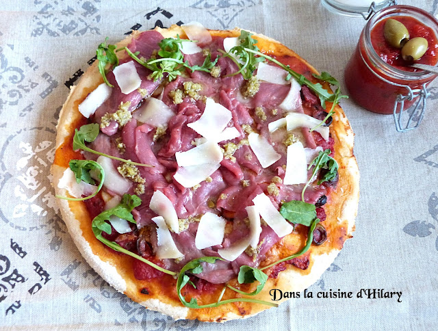 Pizza au carpaccio de boeuf et olives vertes