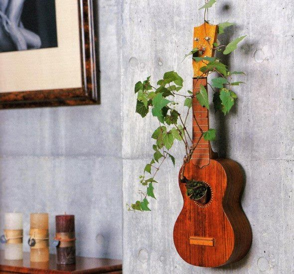 Guitarra vieja sirve como maceta