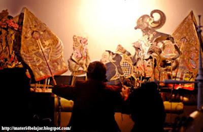 Seni teater atau yang kerap kita sebut drama terdapat pengertian Pengertian, Unsur, Fungsi dan Jenis Jenis Seni Teater