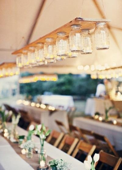 3. Lampu mason jar di aula resepsi pernikahan