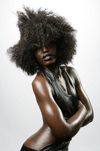 mujer negra pelo afro