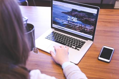 Efek Samping Charging Smartphone di Laptop