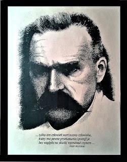 Wg. plakatu wykonanego z okazji 50. rocznicy śmierci Marszałka