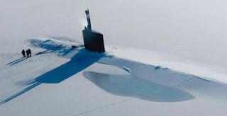 (in der Arktis: ein U-Boot taucht auf)