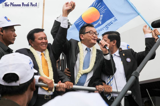 Opposition leader Sam Rainsy speaks to supporters at Phnom Penh airport after returning to the capital from self-imposed exiled in 2013. Heng Chivoan