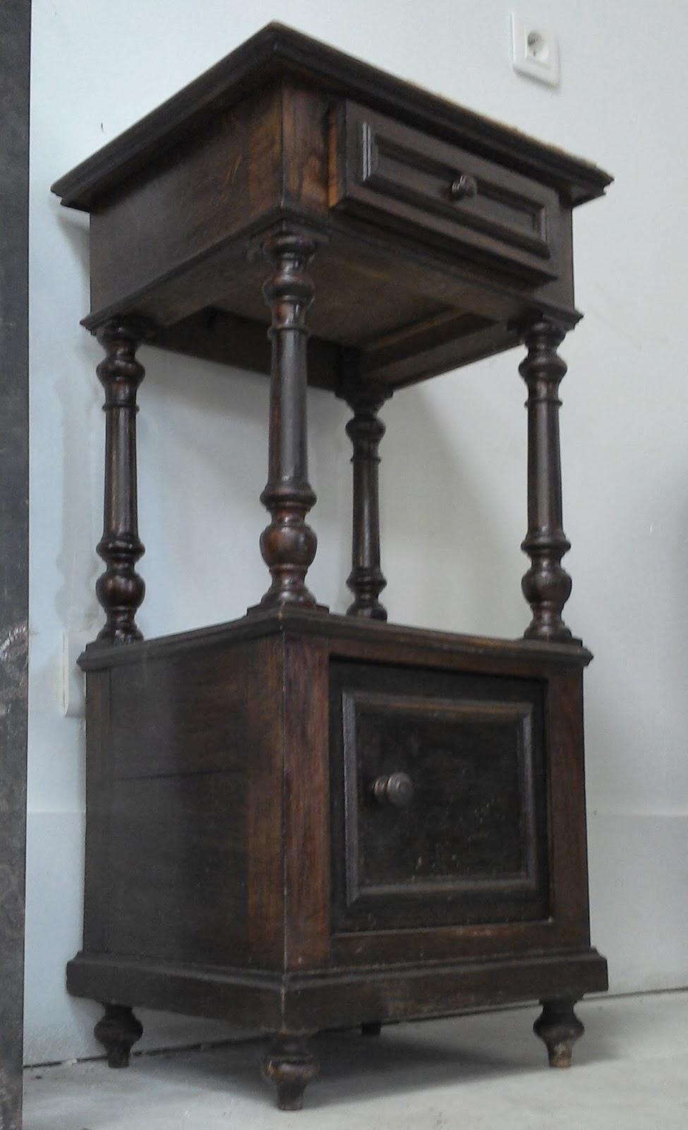 chevet a colonnes dessus marbre ancien en bois. Black Bedroom Furniture Sets. Home Design Ideas