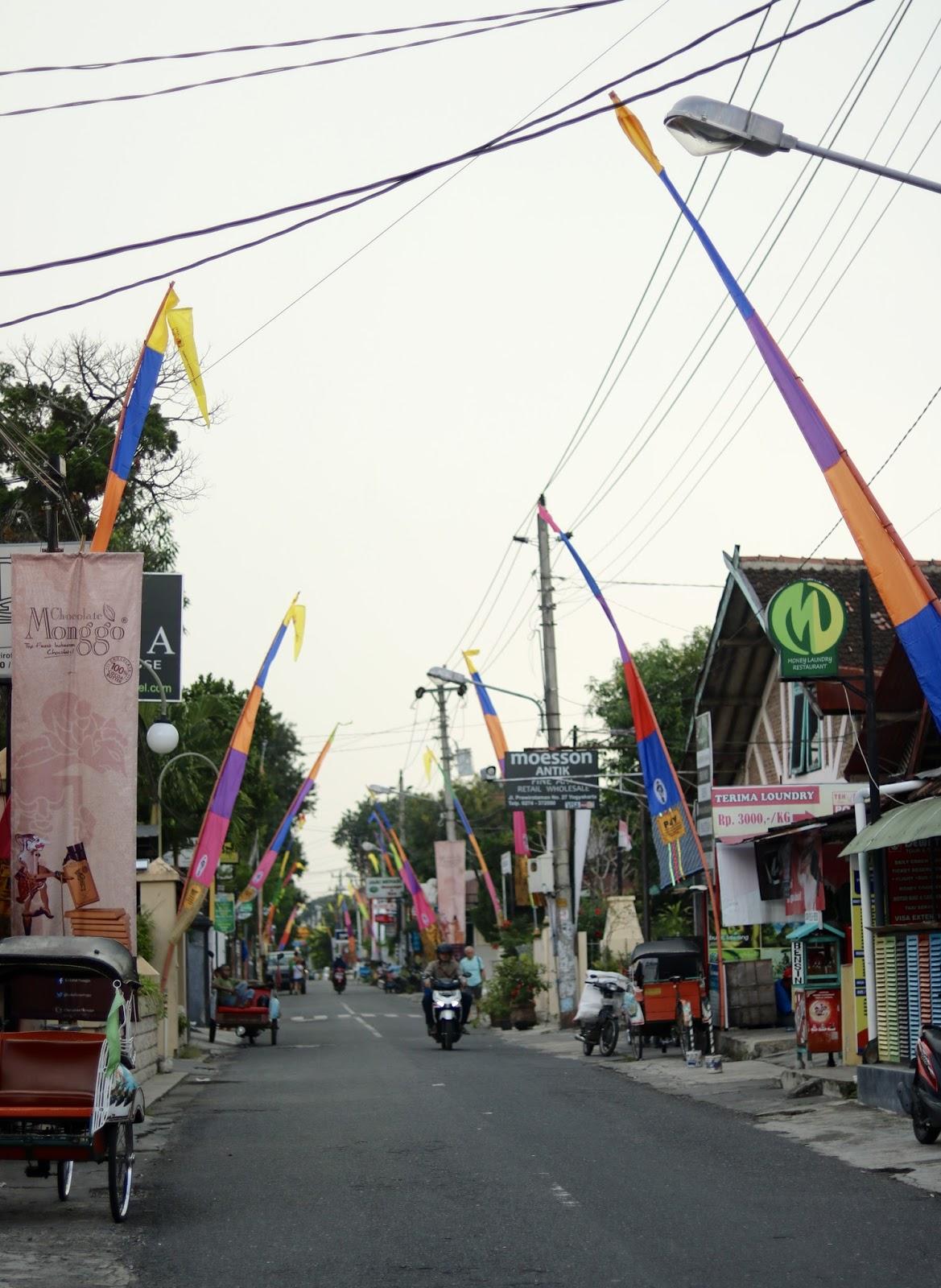 Visão geral da rua de Prawirotaman em Yogyakarta