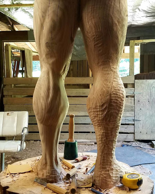 Estatua de madera de Arnold Schwarzenegger