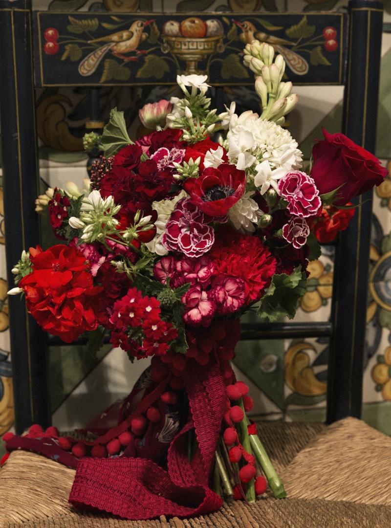 Arreglo floral en tonos rojos