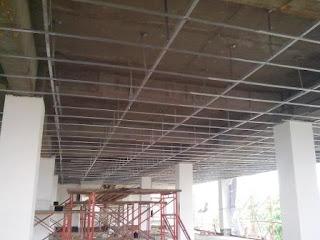 Pemasangan rangka plafon gypsum board di STTM selesai