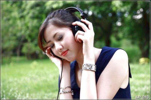 cô gái xinh đẹp nghe nhạc buồn