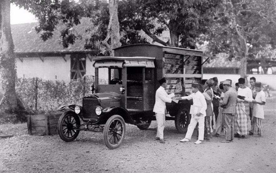 Before Amazon, We Had Bookmobiles 15+ Rare Photos Of Libraries-On-Wheels - A Bookmobile In Indonesia, Early 20th Century.
