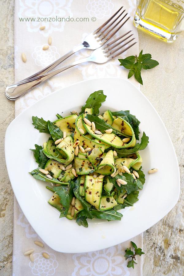 Insalata di zucchine, rucola, pinoli e menta. Ricetta estiva facile, fresca, veloce e light. - Zucchini salad with arugula and pine nuts recipe