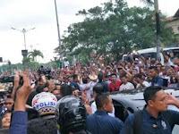 Baru Tiba, Presiden Jokowi dan Ibu Iriana Dihadang di Bali