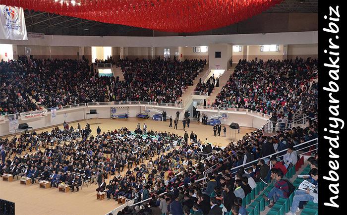 DİYARBAKIR- Yetimler Vakfı tarafından Diyarbakır'da dünya yetimleri yararına konser düzenlendi. Konsere akın eden hayırsever vatandaşlar, bu tür organizasyonların desteklenmesi gerektiğini belirterek yetimler için bu tür etkinlerin devam etmesini talep ettiler.